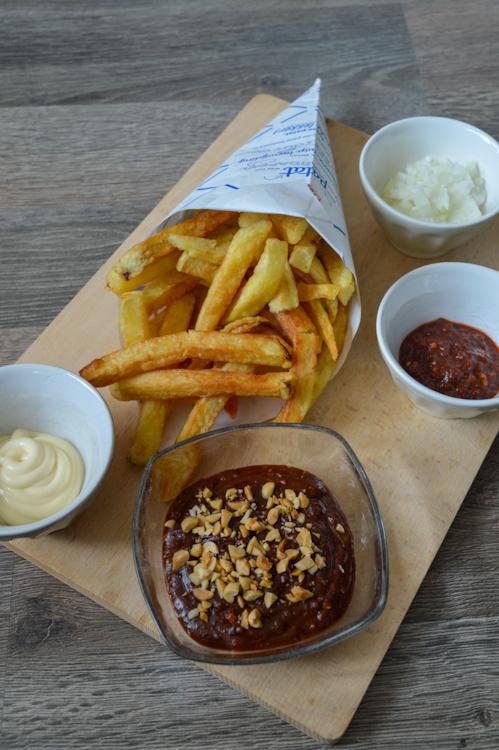 Patatje oorlog (Dutch War fries) ingredients including pindasaus